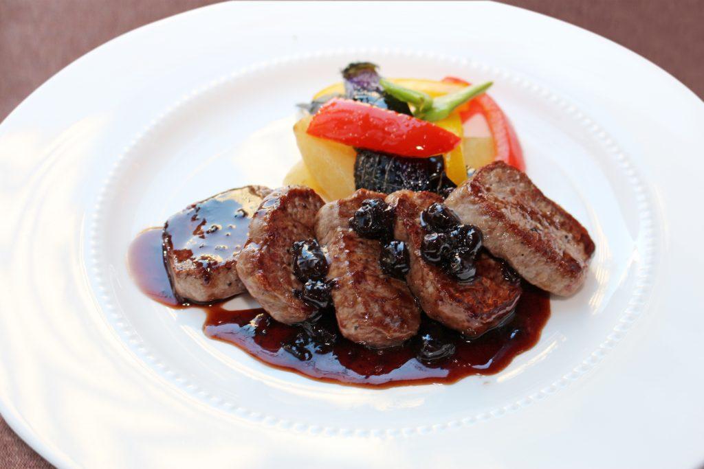 オーストラリア産仔羊ロース肉のポワレ ブルーベリーソース